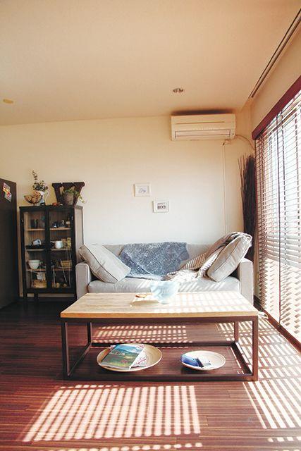 ウッドブラインド越しの日差しが、フローリングに影を落とす。窓辺に置かれたソファは、最高のお昼寝スペース。