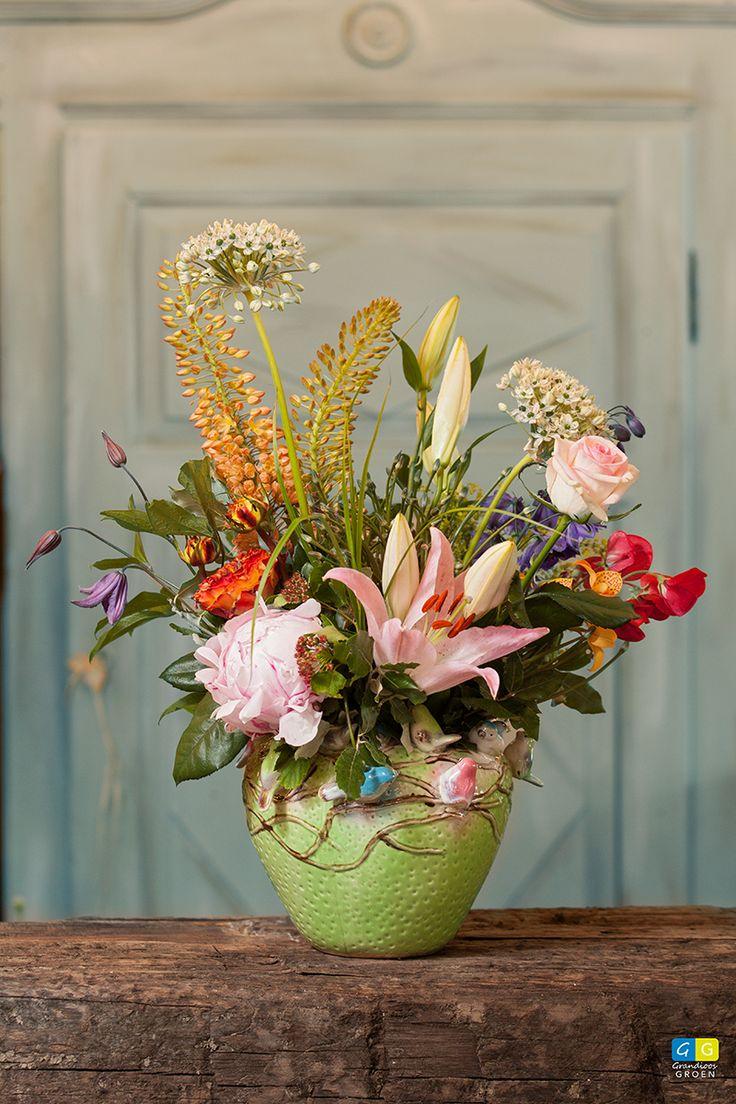 Een bijna klassiek gecomponeerd boeket met 'moderne' bloemen zoals Clematis en Ornithogalum en klassieke zoals roos, lelie en pioen.