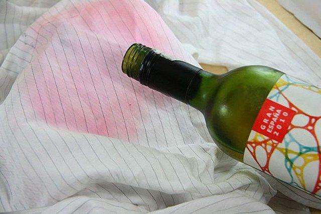 Пятна от красного вина на одежде можно удалить при помощи белого вина