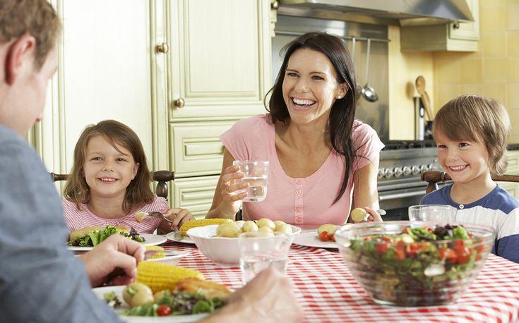 Τα οικογενειακά γεύματα χαρίζουν στα παιδιά κοινωνικές δεξιότητες