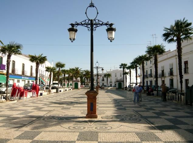 Las Plaza con suelos decorados a base de adoquines en dos tonos son típicas de Portugal y en Olivenza también están presentes.