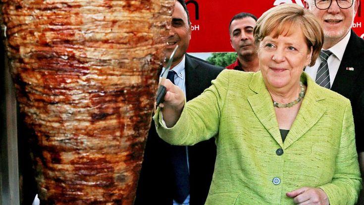 Kanzlerin Angela Merkel grinste fröhlich, als sie im Juni bei einer Veranstaltung Dönerfleisch vom Spieß schneiden durfte. Ja, das ist tatsächlich passiert und kein bearbeitetes Bild