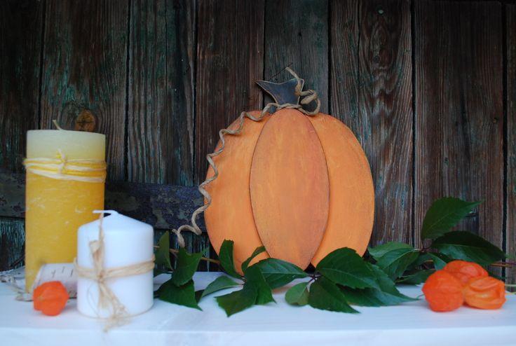 Dýně+004+Dýně+z+překližky.+Ručně+vyřezaná+a+malovaná+z+obou+stran+akrylovými+barvami.+Možno+umístit+na+parapet,+na+poličku,+na+zem+ke+krbu,+na+schody+apod.+Vhodné+jako+podzimní+či+Halloweenská+dekorace.+Rozměry+cca:+d+19+x+š+0,7+x+v+21+cm+barva:+oranžová-hnědá+Každý+kus+je+ručně+dělaný+originál.