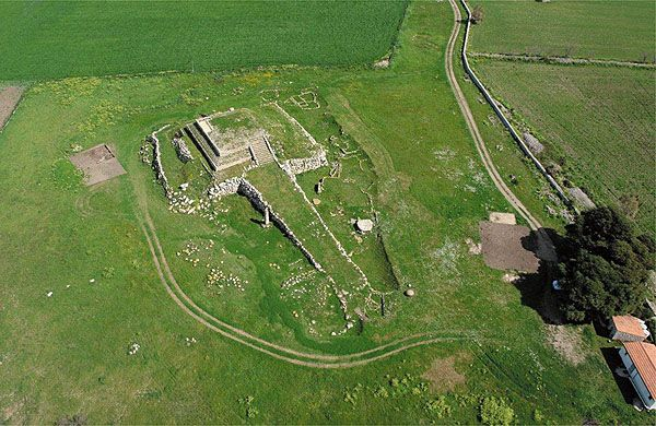 Temple-Altar of Mount d 'Accoddi (SS), sometimes spelled Akkoddi, is an important archaeological site attributed to the Culture of Abealzu-Filigosa prehistoric Italy and more precisely of Sardinia prenuragic.