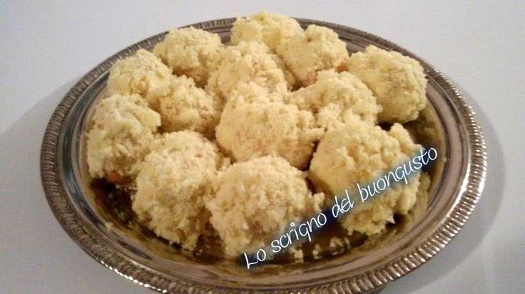BIGNE' MIMOSA                                                          CLICCA QUI PER LA RICETTA http://www.loscrignodelbuongusto.com/altre-ricette/ricette-delle-feste/685-bigne-mimosa-festa-della-donna.html