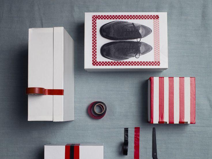 Vuoi lasciare le scatole delle scarpe in vista? Scegli scatole in tinta unita e decorale con nastri adesivi colorati.  Il tocco chic? Fai una bella foto delle scarpe, stampala e incollala sulla scatola, sopra e sul lato: una soluzione decorativa che ti servirà anche per intuire al volo il contenuto!