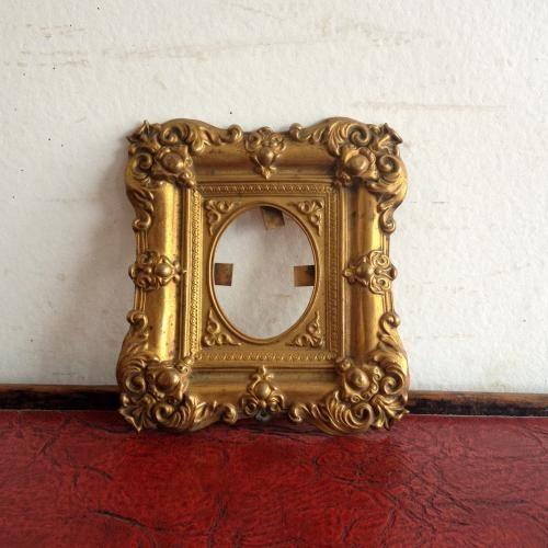 アンティーク フォトフレーム|ブラス(真鍮)をプレスした素敵なフォトフレームです。プレスのモチーフがかっこいいですね。大切な写真を入れたり、鏡(ミラー)を入れたり、絵や布を飾っても素敵ですね!