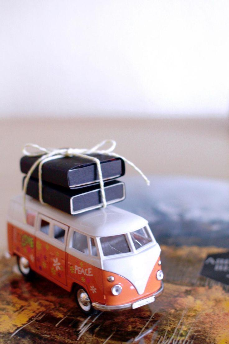 """In Teil II der Serie """"Geld Geschenkideen zu Hochzeit"""" zeige ich euch, wie ihr einen VW Bus ganz einfach und schnell mit Koffern voll Geld bestücken könnt."""