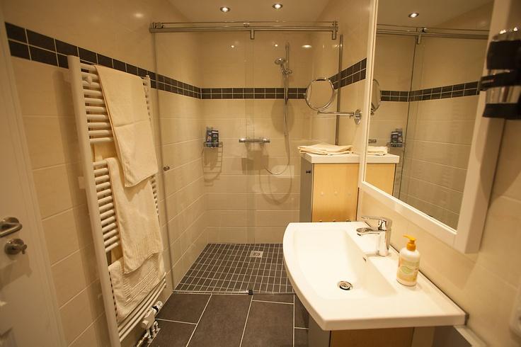 Genießen Sie Badezimmer-Komfort auf höchstem Nievau, inkl. manuell steuerbarer Fußbodenheizung.