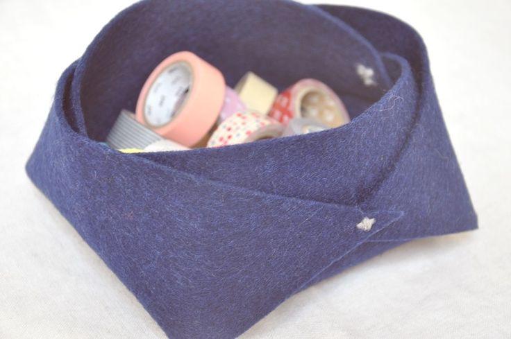 Avec une feuille de feutre, on peut réaliser un panier de rangement simple, beau et pratique