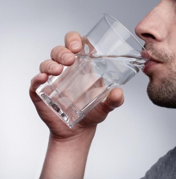 Cómo curar una quemadura en la lengua. Quemarse la lengua es una experiencia totalmente desagradable que pudiera ser completamente evitada si tuviéramos un poco más de paciencia a la hora de comer y beber. Intentar darle un sorbo al café, ...
