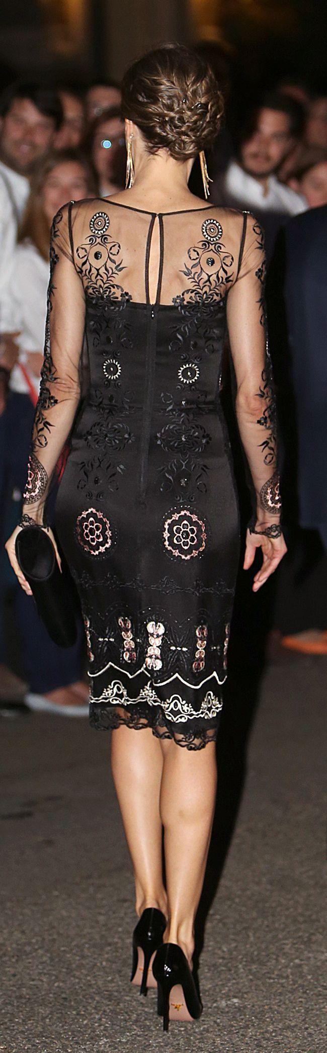 La espalda del vestido, muy sexy y la estupenda silueta de la Reina