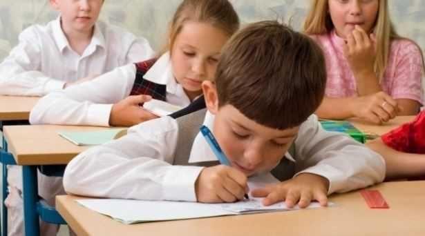 Elevii din clasele II-IV ar putea să scape de examene. Ministrul Educatiei Pavel Năstase a anuntat că se gândeste să renunte la aceste evaluări. În plus si manualele ar putea fi reexaminate