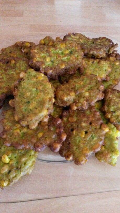 Mais koekjes Recept. 2 blikjes mais Bloem 2 tot 3 eetlepels. 2 kleine eieren Selderij Zout-peper-knoflook 1 derde van de uitgelekte mais fijnmaken. Bij de rest van de mais in een schaal doen, Geklopte eieren en kruiden bij de mais voegen en mengen. Daarna bloem toevoegen . Dit in kleine hoeveelheden goudbruin bakken in de olie en goed uit laten lekken op keukenpapier.
