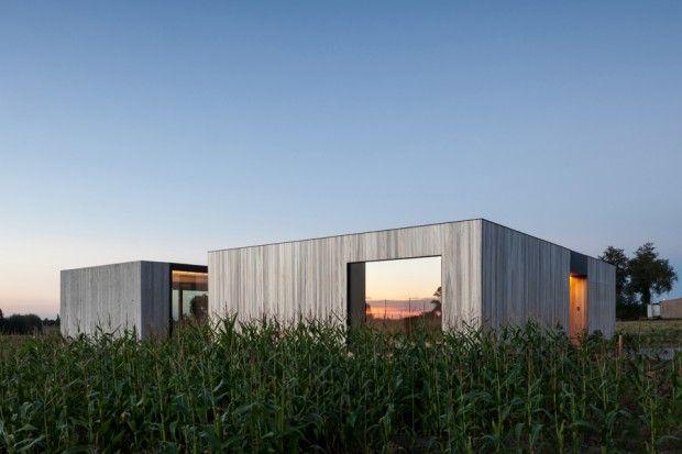Direction la Belgique rurale, proche du village flamand de Westouter, pour découvrir cette maison géométrique de plain-pied dont les façades lisses de béto