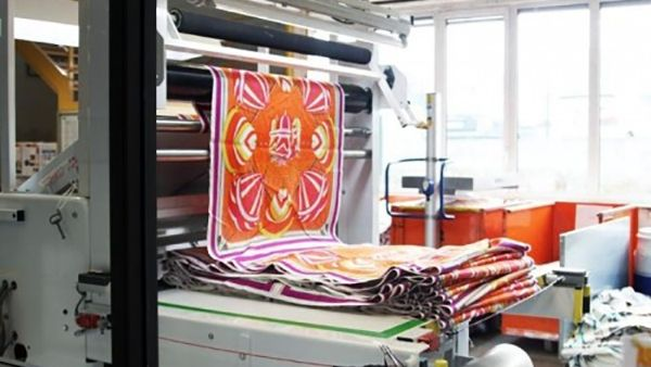 Ετσι φτιάχνονται τα περίφημα μεταξωτά μαντήλια Hermès