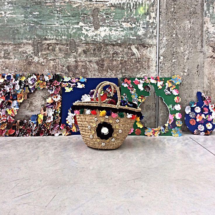 SICILY BLACK  Le borse sono una diversa dall'altra intrecciate a mano secondo la tradizione siciliana artigiana di un tempo, poi vengono decorate. Io voglio che ogni pezzo sia unico.