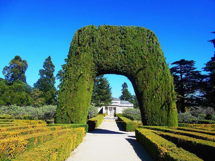 Casita del Principe. Arco del jardin. Al fondo el palacete.