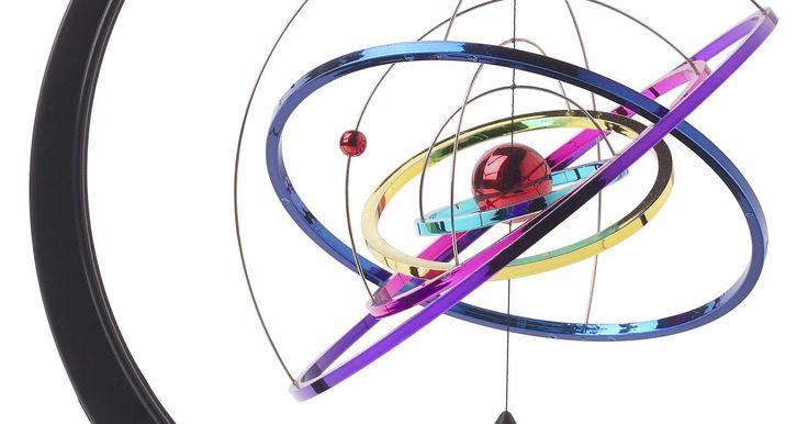 Describiendo los movimientos típicos de los átomos de un medio sólido, un líquido y un gas. Los átomos son los bloques de construcción del universo. Todo está hecho de átomos, de los elefantes que deambulan por el Sahara hasta el sol que calienta la tierra. Incluso los seres humanos están hechos de átomos. En el centro del átomo es el núcleo, formado de partículas diminutas llamadas protones y neutrones, que están en órbita por los ...