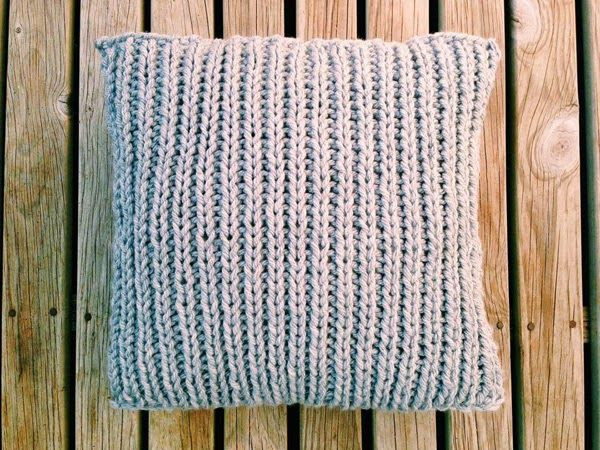 Knitted cushion cover by Prettybluebirdstudio.blogspot.com