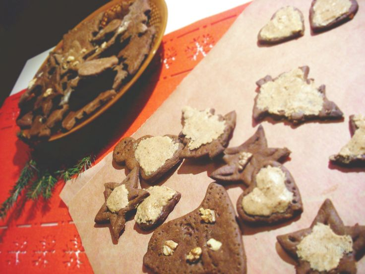 Na przygotowanie pierników potrzebujemy więcej czasu, dodatkowy sen z powiek spędzają dekoracje, a co jeśli nie lubimy lukru, nie przepadamy za słodkimi ciasteczkami? Mam dla Was ciekawą alternatywę. Korzenne, delikatnie pikantne ciasteczka z orzechową nutą. Potrzebne składniki: (ok. 2 blach ciasteczek) 2 szkl. mąki jęczmiennej można zastąpić orkiszową 1 szkl. mąki gryczanej 1/2 szkl. kleiku…