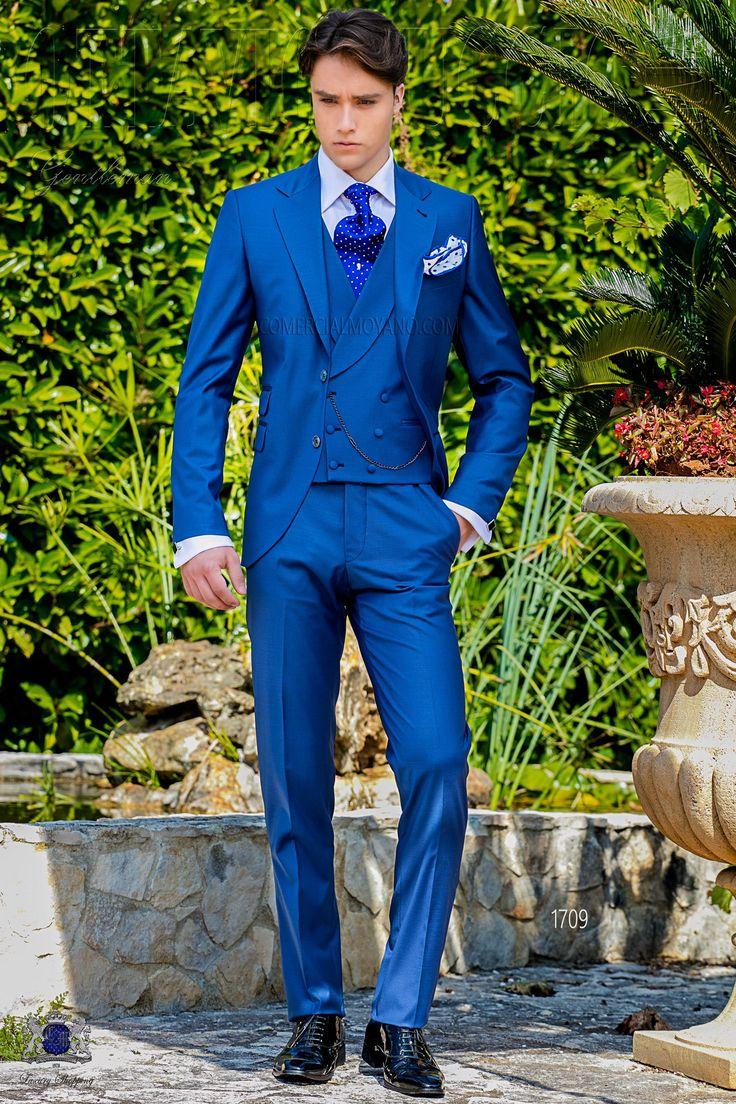 Costume homme italien bleu royal avec revers crantés, 2 boutons de nacre, ticket pocket et 2 fentes latérales. Tissu de laine mélangé. Costume de mariage 1709 Collection Gentleman Ottavio Nuccio Gala.