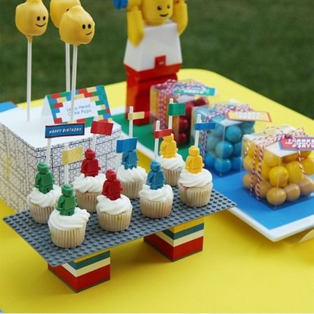 lego party table : Incorporate Lego bricks and flat plates into your decor as serving platf0rms.