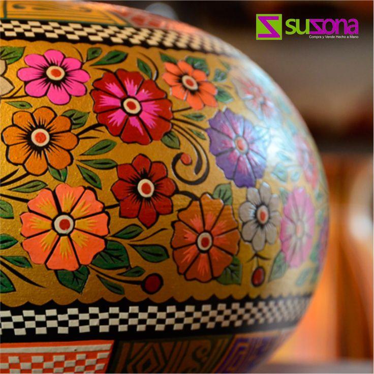 El barniz de Pasto o mopa mopa es una técnica #artesanal que consiste en decorar objetos de #madera con la resina obtenida de la hoja de un arbusto silvestre llamado mopa mopa.