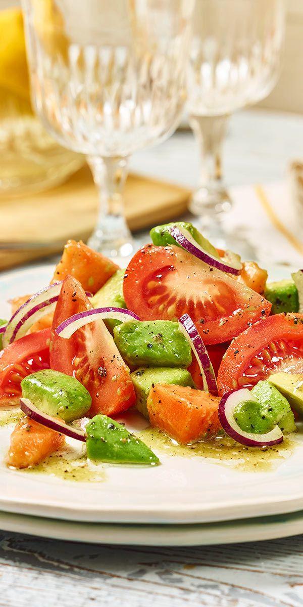 Lust auf Superfood? Dann ist es Zeit für unseren Avocado-Tomaten-Salat mit Papaya! Dieser Salat schmeckt super fruchtig und macht einfach gute Laune. Zudem ist er Low Carb und du kannst ihn als Beilage oder Hauptspeise genießen. Bleibt nur noch zu sagen: Guten Appetit.