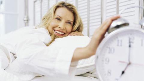 Terapia comportamental é eficaz contra insônia. Uma revisão de mais de 20 estudos científicos mostrou que as pessoas tratadas com terapia cognitivo-comportamental dormiam mais rápido. http://veja.abril.com.br/noticia/saude/terapia-comportamental-e-eficaz-contra-insonia