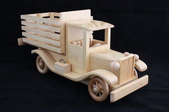 Cette liste est pour un camion de lit de pieu de bois fabriqués à la main, one-of-a-kind. Il est handcrafted de sapin avec et scellée avec du polyuréthane non toxique. Mesures approximatives : longueur : largeur 14: 5 hauteur: 6 1/2 sil vous plaît noter que ce jouet contient des petites pièces et quil ne convient pas pour les très jeunes enfants. Merci pour votre visite