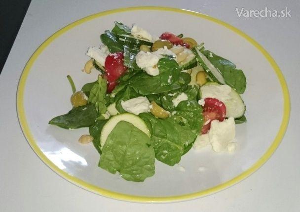 Zeleninový šalát s kozím syrom  100 g syr kozí 150 g špenát 150 g cuketa 100 g paradajka 6 ks oriešky kešu 6 ks bez kôstky olivy zelené Cuketu ošúpeme a nakrájame na kolieska, paradajku nakrájame na štvrtiny, zmiešame so špenátom pridáme nakrájaný syr, oriešky a olivy.
