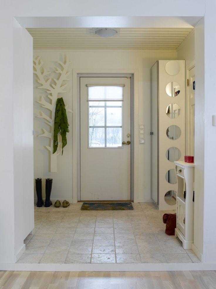 Gangen er åpnet mot stuen og kjøkkenet, noe som gir inntrykk av god plass når man kommer inn. Stumtjener-treet der grenene fungerer som knagger, har Anniken laget selv.