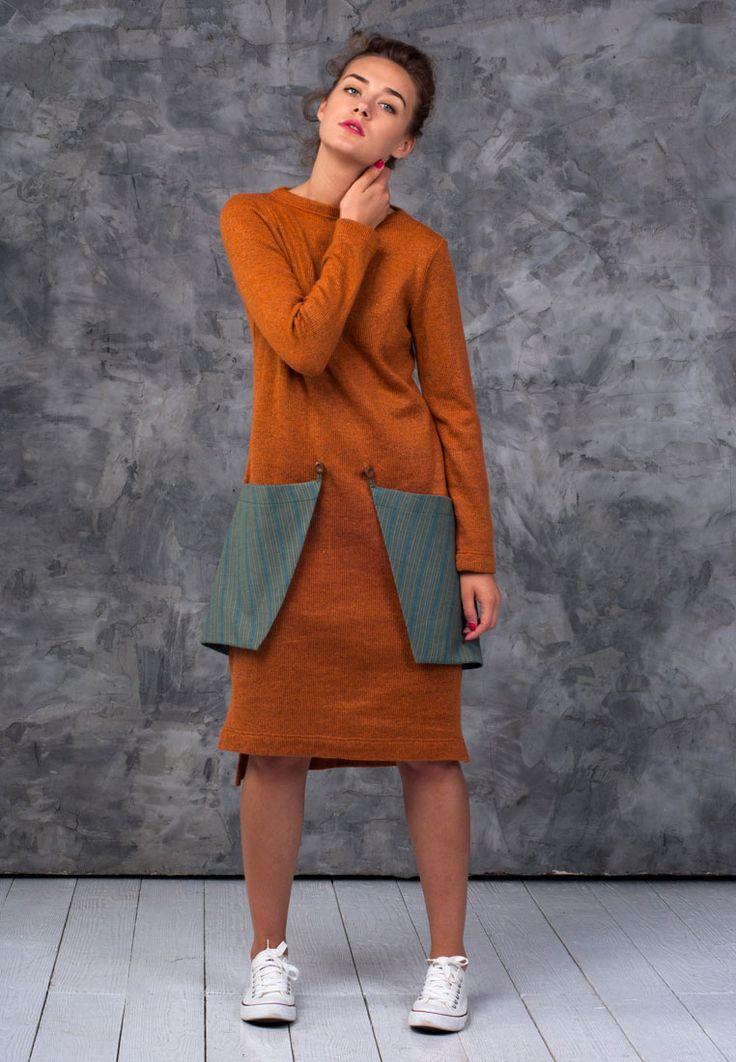 Лаконичное платье из плотного трикотажа. Платье прямого крояс вырезом лодочкой, длинными рукавами и большиминакладными карманами с принтом. Платье с укороченным передом и разрезами по бокам. Прекрасно подойдет на прохладные городские будни. Натуральная ткань, большие функциональные накладные карманы, свободный крой — все для вашего комфорта. Длина от плеча: переда -104 см, спинки — 110 см Цвет:кирпичный …
