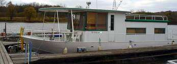 River Queen - A clean older 60's era Riverqueen Houseboat. Any Riverqueen houseboats from the 60's era still out there?