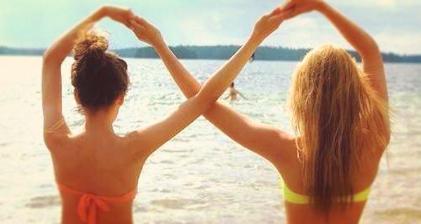 Porque más que mejores amigas, son como hermanas. ¡Celebra la amistad que tienes con tu mejor amiga haciendo una sesión de fotos! Aquí te damos algunas divertidas ideas para posar.