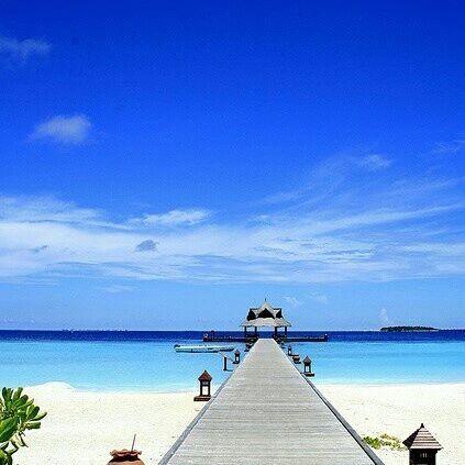 Hint Okyanusu'nun cömert güzelliklerini doyasıya yaşamak, berrak denizin, bembeyaz kumların tadını, doğa ve çevre dostu bir otelde çıkarmak için Banyan Tree Maldives Vabbinfaru çok iyi bir seçim 💙💙💙 Burası Maldivler'in  lüks ve egzotik sihirle buluşan çevre dostu cenneti. 💙💙💙 Dünya standartlarında dalış deneyimi, nefis yemekler ve nefes kesici doğal güzellikler yaşayacağınız otelin ahşaptan yapılan her villasının kendi özel plaj alanı var. Ahşap bungalow şeklinde tasarlanan villaların…