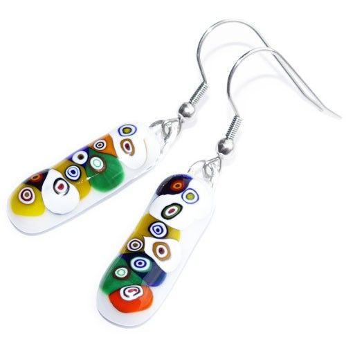 Lange witte glazen oorbellen met retro cirkels van kleurrijk millefiori glas. Multicolor oorhangers van speciaal glas. Exclusieve glasfusing oorbellen uit eigen atelier.