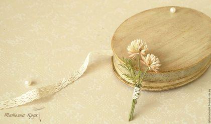 Купить или заказать Брошь цветок 'Веточка клевера'. Брошь, молочный клевер. в интернет-магазине на Ярмарке Мастеров. «Веточка клевера» - брошь цветок из коллекции «Мимимализм». Дуэт клеверочков «кашки», дополнен легкой и изящной травинкой, сорванной на той же лужайке, что и сами цветочки. Миниатюрное украшение в форме броши цветка – последний штрих в завершении вашего образа. Подобная брошечка придаст вам нотку романтизма, хрупкости и утонченности. Размер броши около 7,5см.