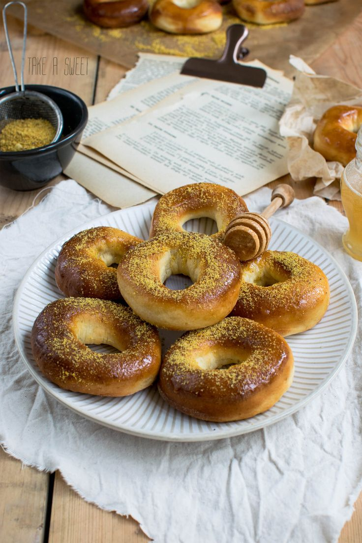 Healthy doughnuts with honey and bee pollen http://takeasweet.com/miodowe-pieczone-donuty/