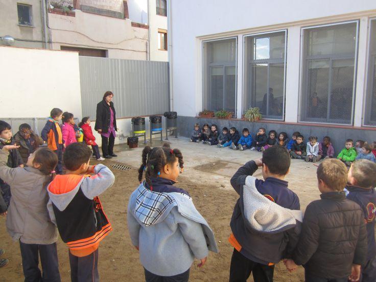 Els alumnes d'infantil de l'Escola La Candela de Valls, han inaugurat al seu pati les papereres de recollida selectiva que fins ara només tenien el pati dels més grans.