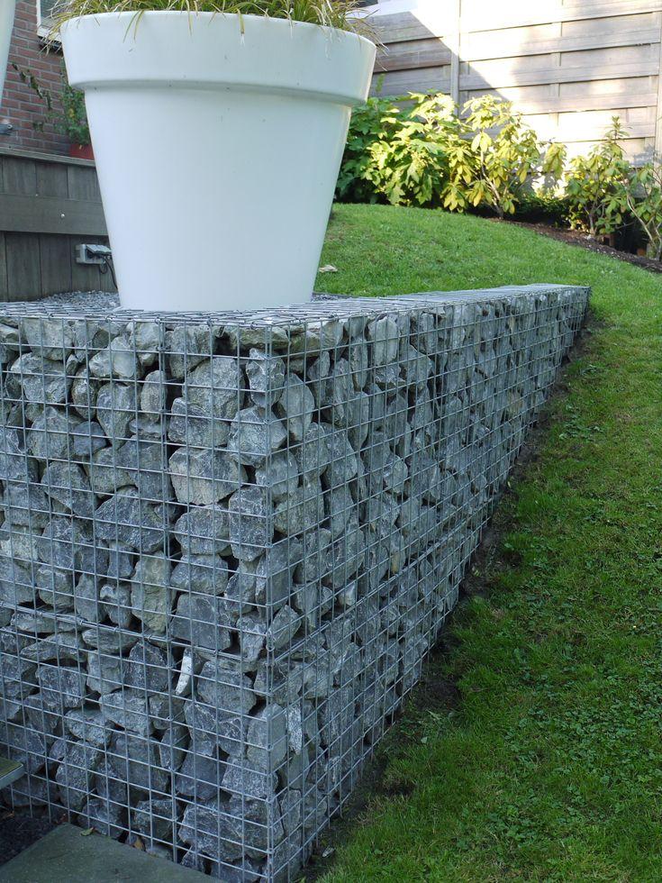tuin tuinontwerp tuinarchitect hovenier hoveniersbedrijf tuinaanleg beplanting beplantingsplan onderhoud tuinen met niveauverschil hoogtes stenen muurtjes potten