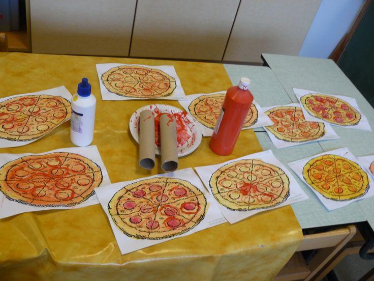 Stempelen met een keukenrol rond de salami. Later met ecoline over de pizza verven.