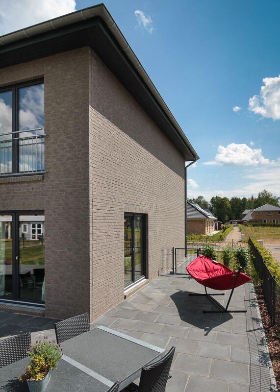 Terrasse Mit Terrassenplatten Aus Naturstein Grau