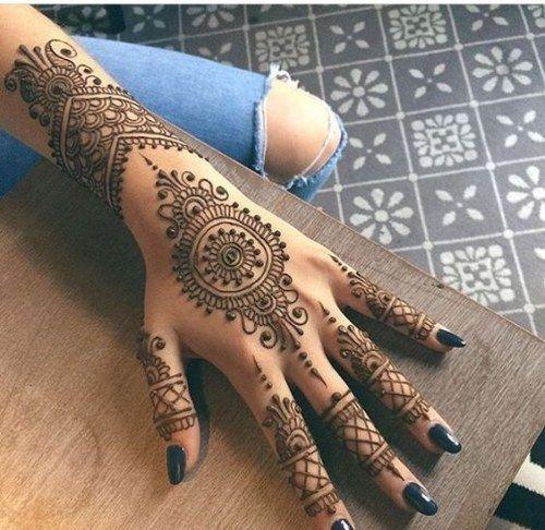 Karvachauth Special !! 21 Lovely Henna/ Mehendi Designs <3 http://www.beautyscoopindia.com/karvachauth-special-21-lovely-henna-mehendi-designs/#karvachauth #mehendi #design