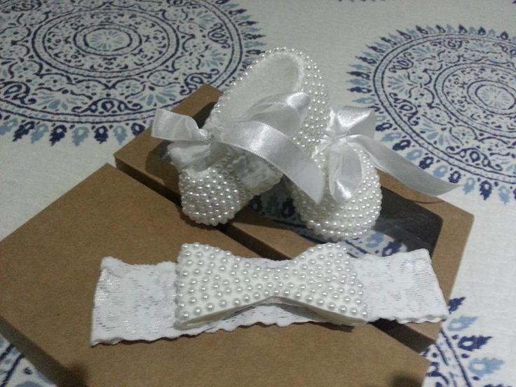 Kit sapatilha de crochê com perolas e faixa para cabeça de renda e laço de perolas    Pode ser feito em qualquer cor.  Tamanhos:  - Prematuro;  - RN;  - 1 a 3 meses;  - 3 a 6 meses;  - 6 a 9 meses;  - 9 a 12 meses.
