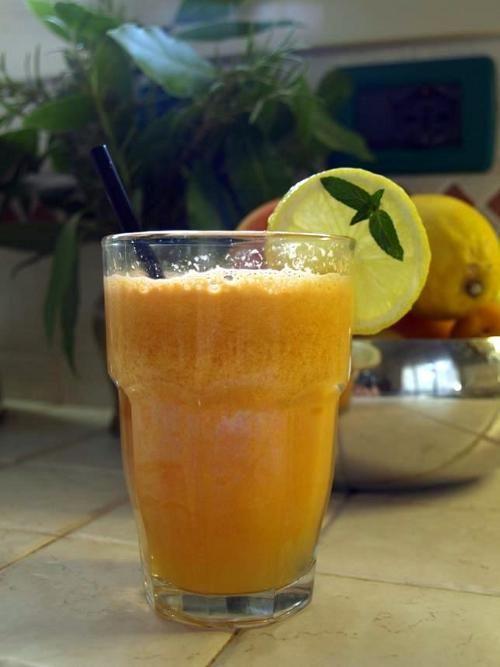 Centrifuga di arancia, limone, carota, e mela