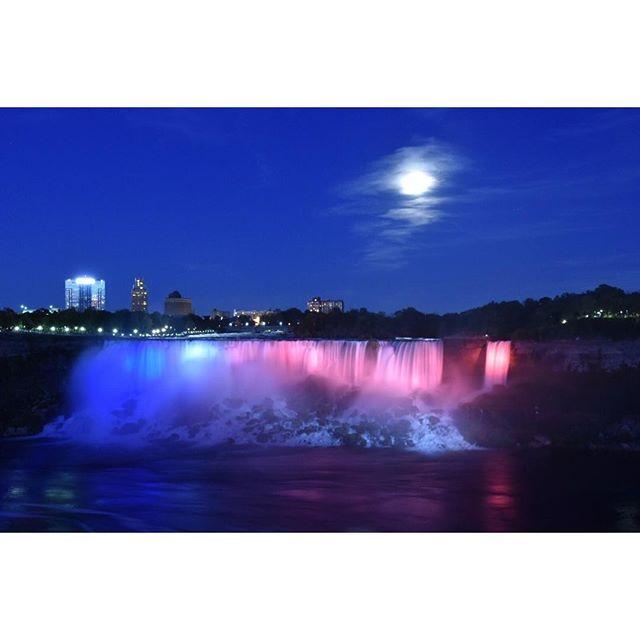 Instagram【mtld.co】さんの写真をピンしています。 《今まで見たことのある滝とはもはや比較できない。大迫力でした。 . #canada #ontario #niagarafalls #falls #nightview #travel #travelgram #nikon #d5500 #nikond5500 #nikonphotography #カナダ #オンタリオ #ナイアガラフォールズ #ナイアガラの滝 #夜景 #ライトアップ #月 #海外旅行 #旅行 #一眼レフ #ニコン #ファインダー越しの私の世界 #写真撮ってる人と繋がりたい》