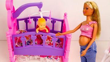 Куклы Барби Беременная Штефи Родила  мультик с игрушками игры для девочек http://video-kid.com/9655-kukly-barbi-beremennaja-shtefi-rodila-multik-s-igrushkami-igry-dlja-devochek.html  У Сони скоро появится братик или сестричка.Она очень переживает за свою беременную маму и малыша.Но в итоге все заканчивается очень хорошо.Еще видео с Барби: куклы зомби про школуНа моем канале вы также найдете много видео с феями Винкс,героями Холодного сердца и пупсиками Бэби Элайф. Music - free youtube…