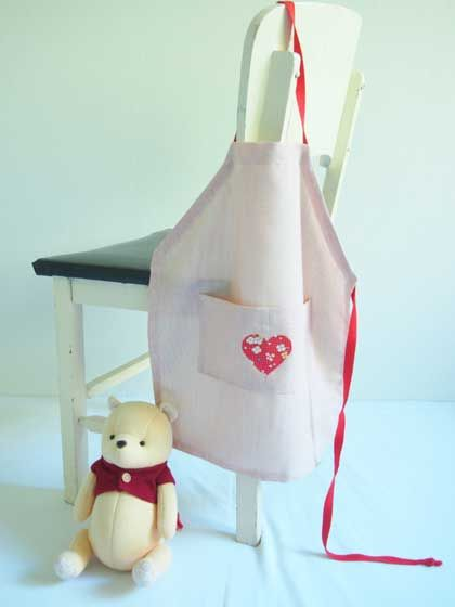 kids apron, free sewing pattern. neck strap & waist ties are one long piece so it's easily adjustable